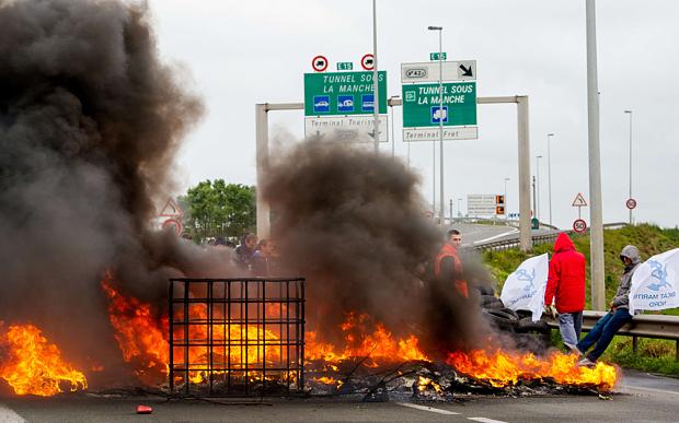 Płonące opony na drodze - zródło internet